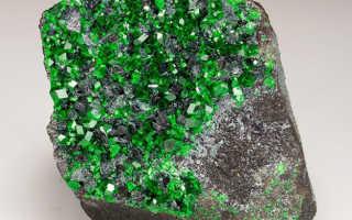 Уваровит (гранат зеленый) – история, полезные свойства и описание камня